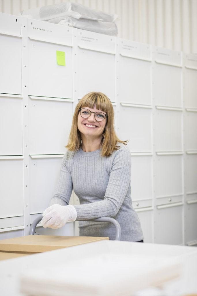 Tutkija Elina Pylsy-Komppa työpaikallaan arkistossa.