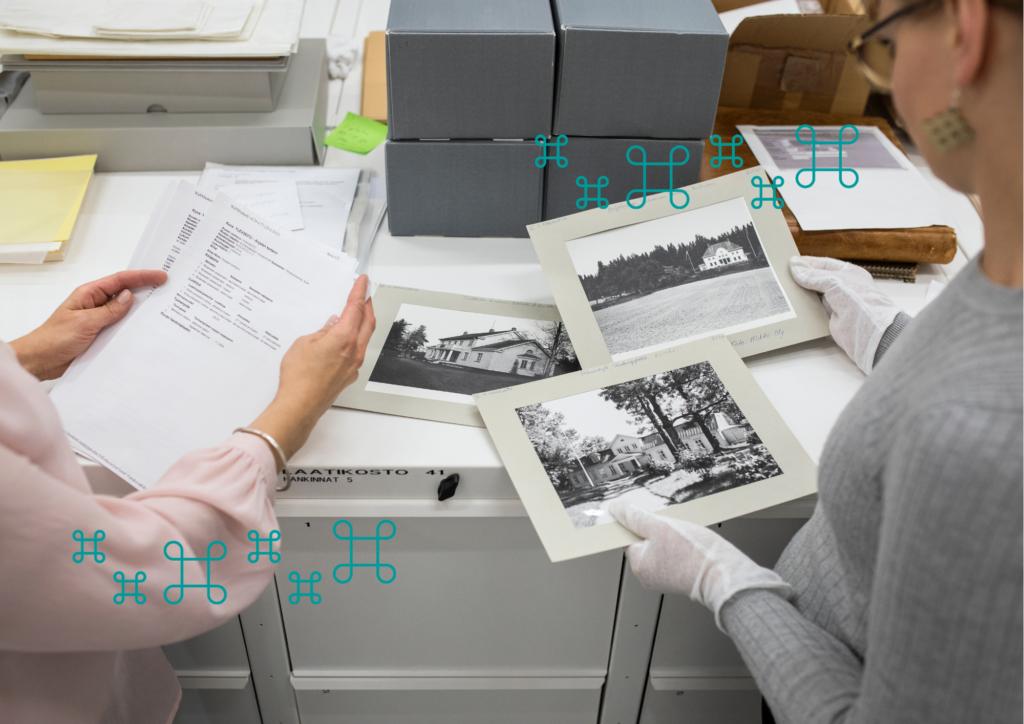 Kaksi henkilöä tarkastelee kuvia museon kuva-arkistossa.